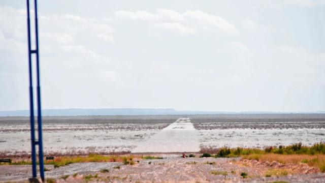 Uma visão da árida região nas cercanias de La Casa de Piedra, no estado La Pampa, Argentina.