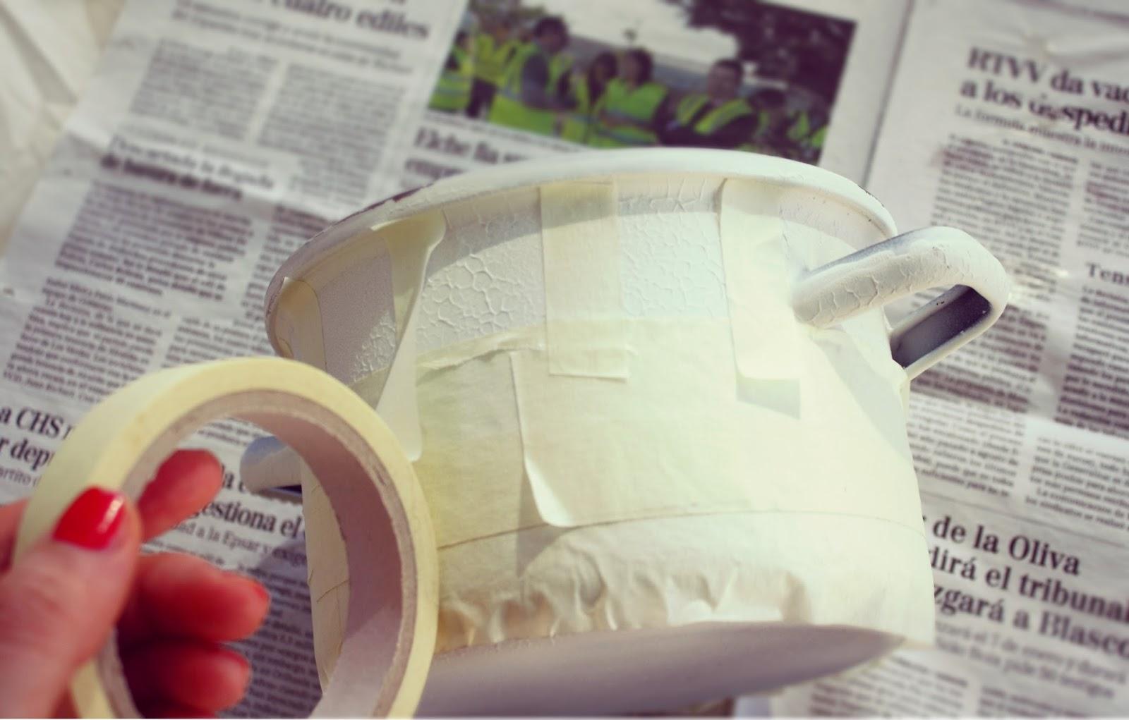 pegando cinta adhesiva para crear un dibujo