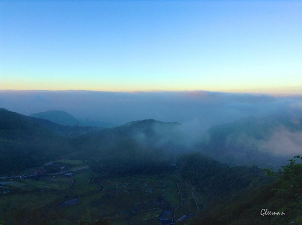 竹子湖、前方的紗帽山以及更遠方的台北市盆地籠罩在一片雲霧