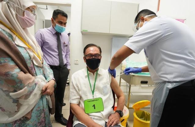 Anwar terima suntikan vaksin Covid-19