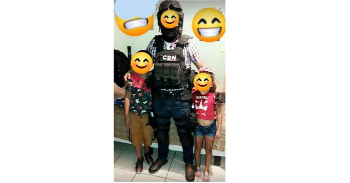Orgulloso Papá Sicario del Cártel del Noreste posa con sus hijos en Tamaulipas