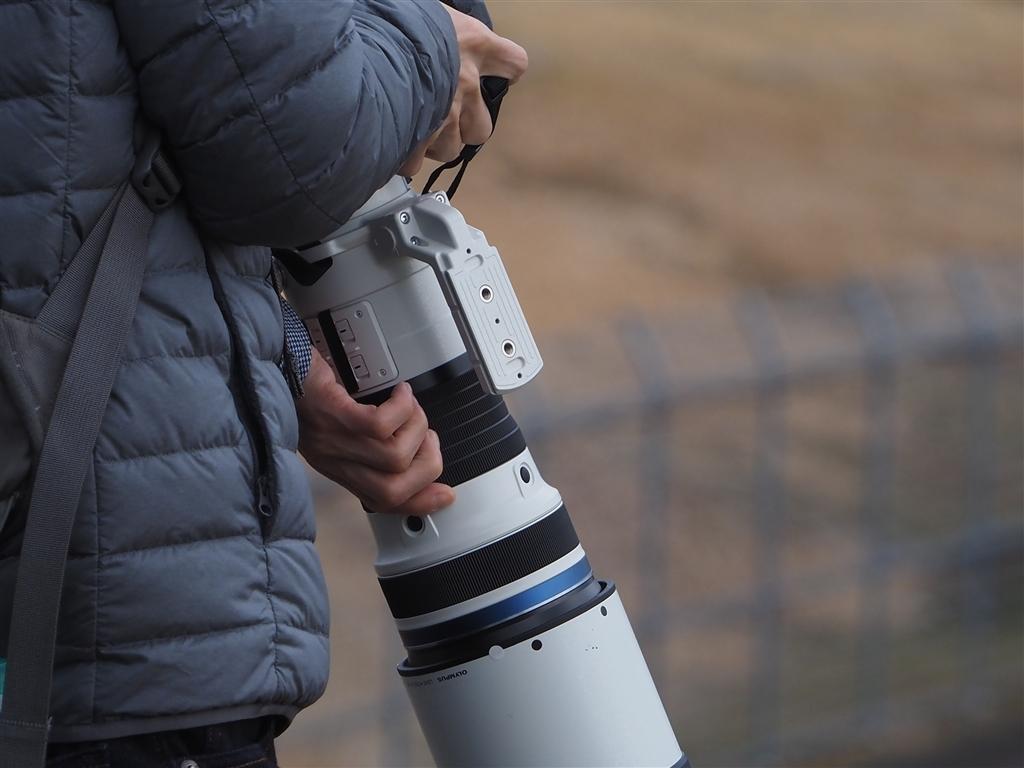 Объектив Olympus M.Zuiko 150-400mm f/4.5 TC1.25x IS Pro в руках фотографа