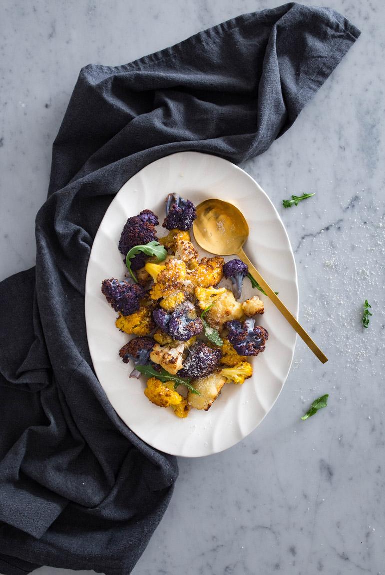 cocinar-coliflor-morada-amarilla-al-horno-asada-fuente