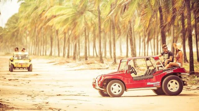 dois buggys vermelhos em uma estrada de terra