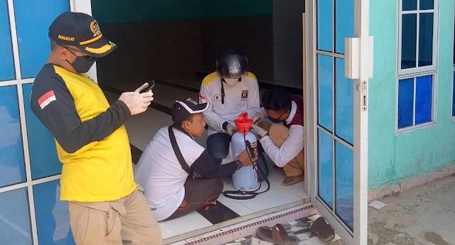Anggota DPRD Batam Lakukan Penyemprotan Desinfektan di Lingkungan Batu Selicin Lubuk Baja