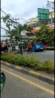 Pohon Tumbang Menimpa Dua Mobil Satu Diantaranya Angkot