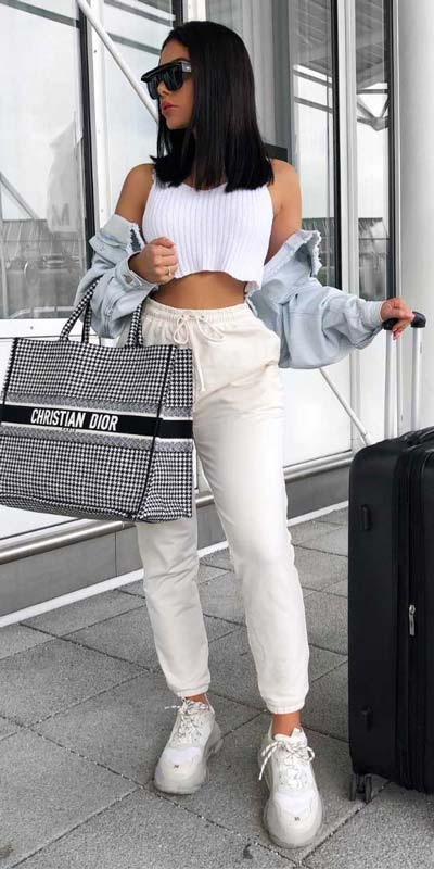 Comfy and casual style is perfect choice for summer season. It's time to share 26 Casual Summer Outfit Ideas You need this moment. Casual Outifts + Summer Style via higiggle.com | crop top + trousers | #summeroutfits #casualoutfits #summer #trouser