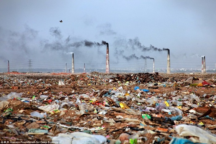 20 Pictures That Prove That Humanity Is In Danger - A waste incineration plant and its surroundings in Bangladesh