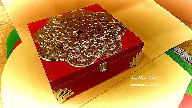 Caixa de madeira decorada com folha de estanho