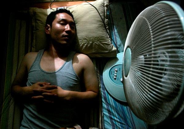 WASPADA!! 6 Bahaya Tidur Pakai Kipas Angin Mengarah ke Badan, Bisa Sebabkan Kematian