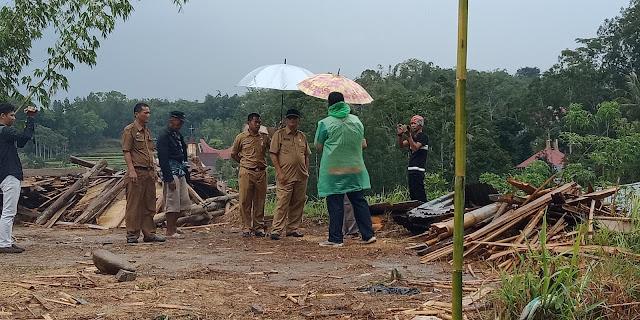 Diguyur Hujan, Bupati Tana Toraja Kunjungi Korban Angin Puting Beliung