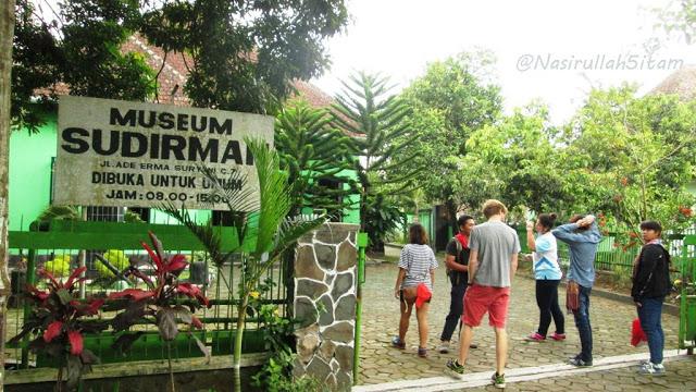 Rombongan memasuki Museum Sudirman, Magelang