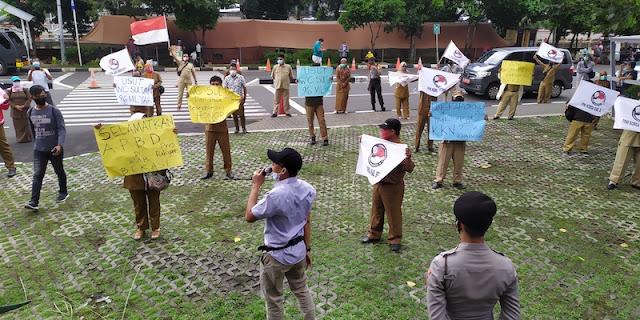 """Puluhan Guru Honorer Bekasi Geruduk KPK Tuntut Proyek """"WC Sultan Rp 98 M"""" Diusut"""