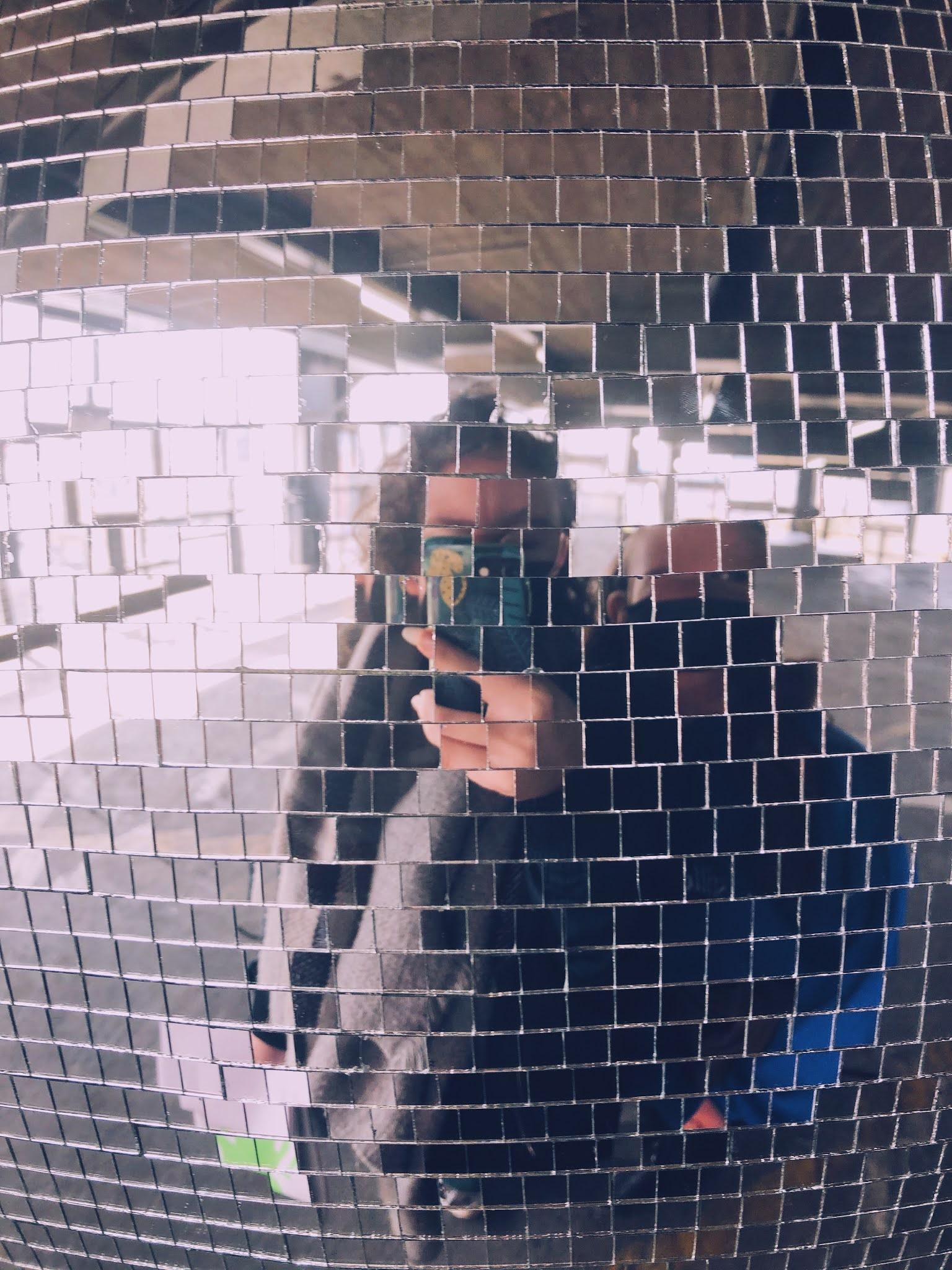 """""""spiegelselfie"""" van mijn zusje en ik gemaakt voor een discobol"""