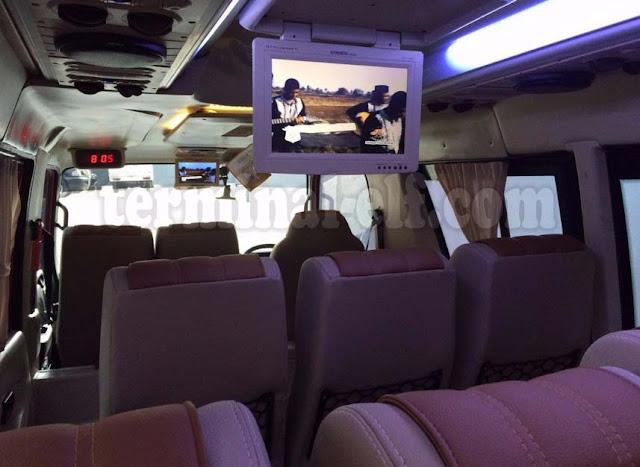 Tampilan dalam mobil elf lengkap dengan tv