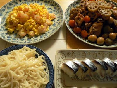 夕食の献立 鶏肉とレンコンの煮物 エビ玉子サラダ 巻きすでバッテラ うどん