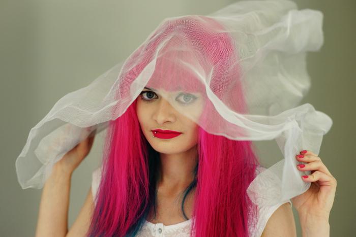 Lucia Clara mit Fliegennetz auf dem Kopf
