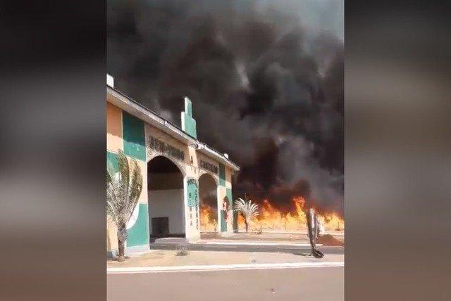 Incêndio de grandes proporções atinge entrada do município de Castilho (SP)
