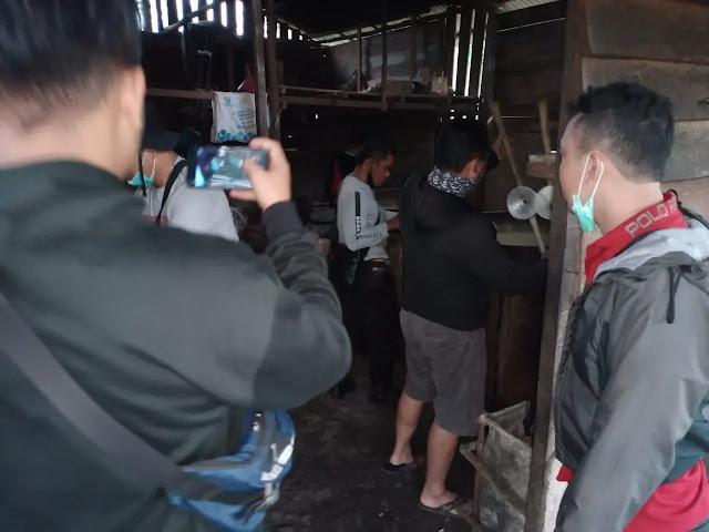 Penggerebek dua tempat pembuatan minuman keras lokal di dalam hutan, Kembayan Kabupaten Sanggau, Kalbar. (Foto: BT/LB)
