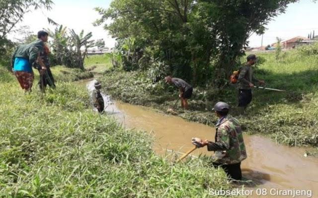 Satgas Citarum Sektor 21-8 Gelar Pembersihan Anak Sungai Ciranjeng Desa Sukamukti