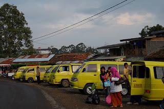 https://www.sewavilladilembangbandung.net/2013/12/villa-istana-bunga-parongpong.html