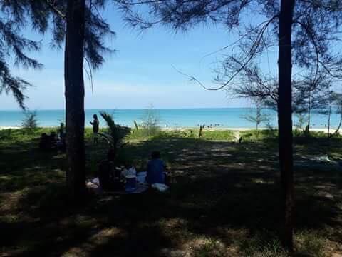 หาดบางสัก เป็นชายหาดแรกในการเที่ยวเลียบชายทะเลพังงา ยามเช้า มีบรรยากาศเงียบสงบ นักท่องเที่ยวบางตา บ้างก็ออกมาเดินเล่นชมทิวทัศน์ใต้ทิวสน เล่นน้ำทะเล
