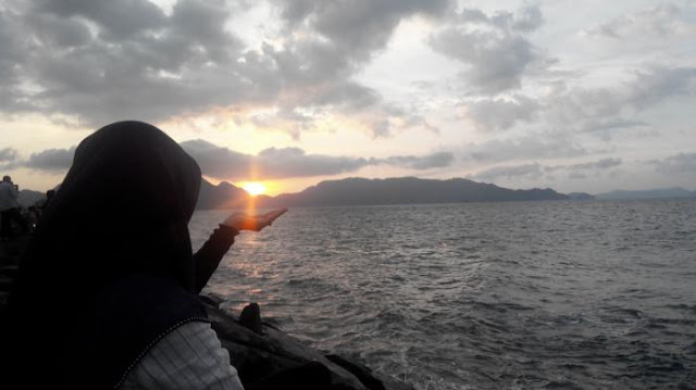 keindahan Pantai inda ulee lheule saat sunset