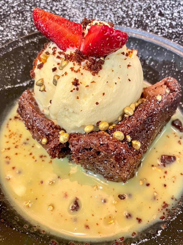 Brownie-de-Nutella-con-salsa-de-chocolate-blanco-y-ras-el-hanout-lanzarote-restaurante