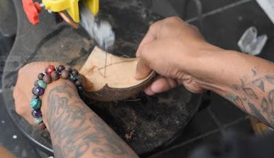Tehnik membuat Hiasan Meja Berbentuk Perahu Layar dari Bahan Tempurung Kelapa
