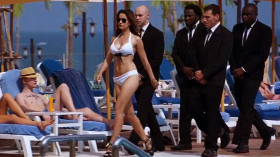 kangana ranaut walks in bikini