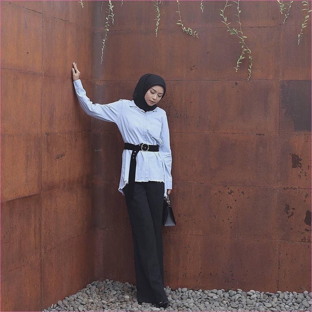 Outfit Kerudung Segiempat Ala Selebgram 2018 kerudung segiempat hijab square scarf polos baju kemeja biru muda ikat pinggang bulat slingbags celana cullotes pallazo hitam high heels ootd trendy kekinian hijabers batu kali abu
