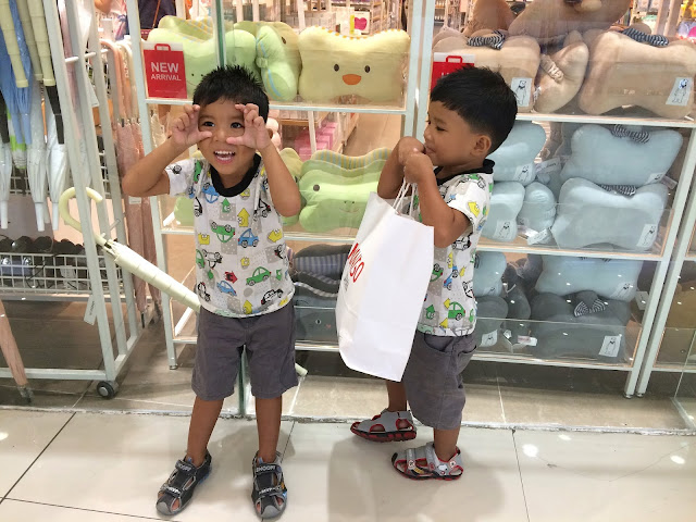 kids-at-the-mall