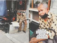 Usianya Sudah Tidak Lagi Muda, Tapi Kakek ini Tetap Semangat Mencari Rezeki dengan Jualan Kalender dan Poster
