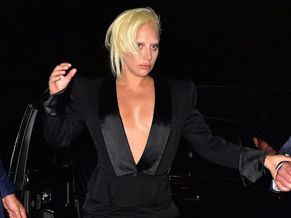 Lady Gaga estragando roupas de mulheres gostosas!