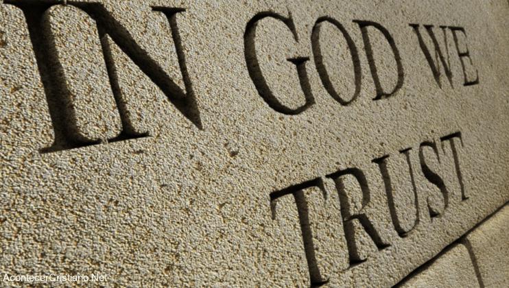 """Lema """"En Dios confiamos"""" en escuela estadounidense"""