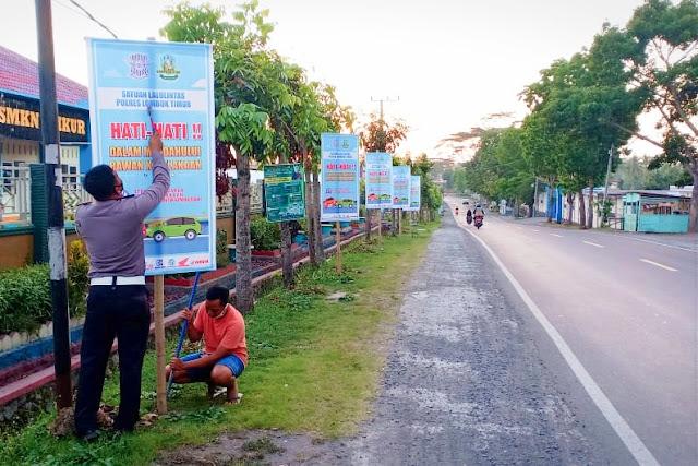 Tekan angka kecelakaan lalin di musim hujan, Satlantas Lotim sebar ratusan banner