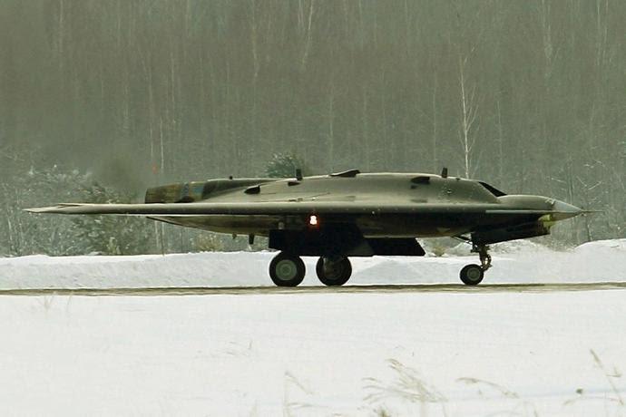 """Drone pesado S-70 """"Okhotnik"""""""