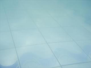 Foto do fundo da piscina, bem de perto.