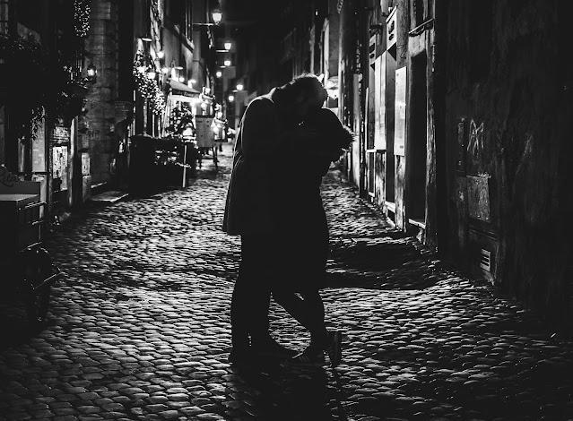 pareja  noche poemas amor callejón olvidarás