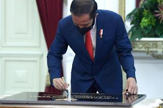 Advokat: UU Cipta Kerja Yang Baru Diteken Jokowi Ternyata Super Jorok dan Brutal