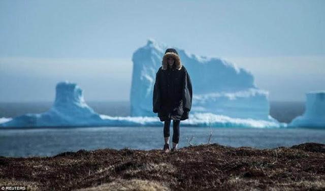 В Канаде небывалый ажиотаж: к берегу приплыл айсберг колоссальных размеров: смотрите его разрушение