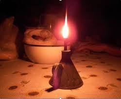 A foto mostra uma lamparina antiga para iluminar as cassas durante a noite. O Brasil está voltando a este tempo  na era bozonarista.