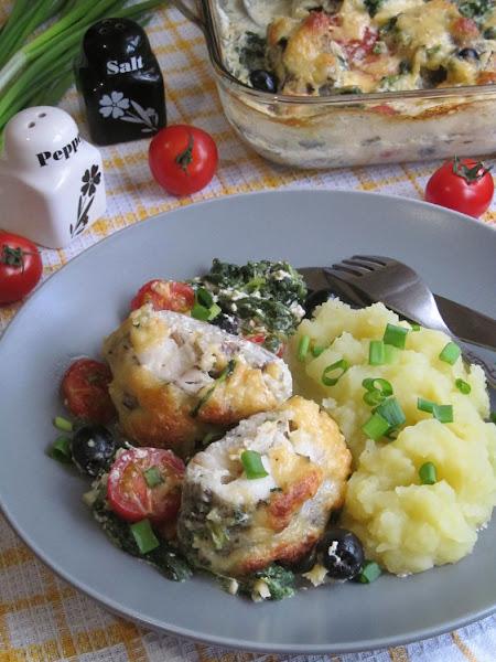 Рыба запеченная в сливках со шпинатом, томатами и маслинами