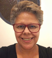 Mulher de cabelos curtos, grisalhos, usando óculos