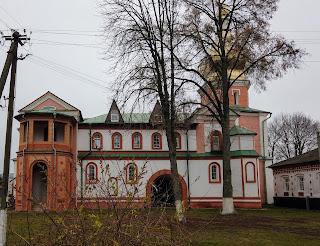 Густиня. Свято-Троїцький монастир. Будинок настоятеля і церква св.Варвари