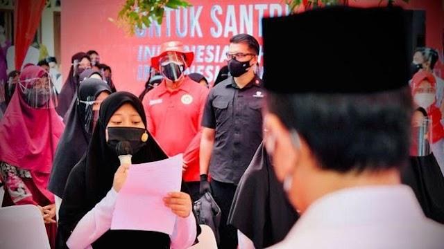 Bacakan Puisi soal Indonesia Jaya, Jokowi Beri Sepeda Untuk Santriwati di Aceh