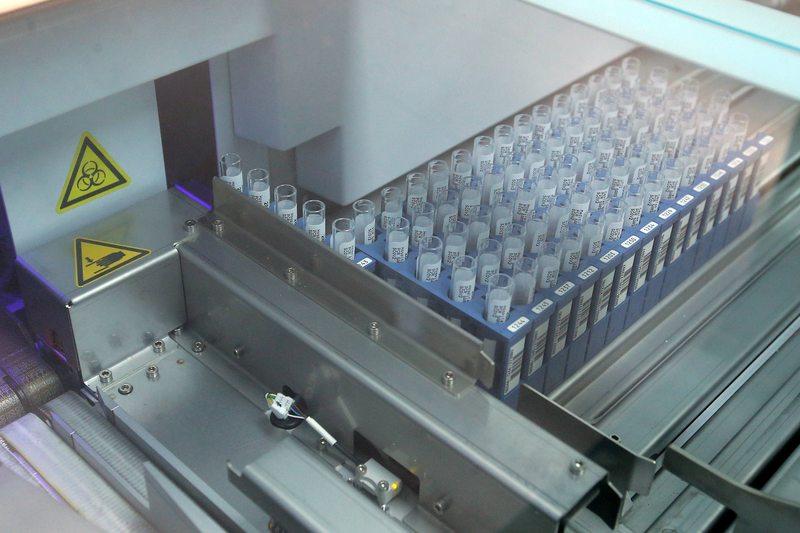 Así funciona un laboratorio que analiza muestras en busca de coronavirus