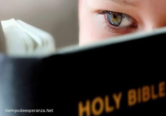 Adolescente leyendo la Biblia