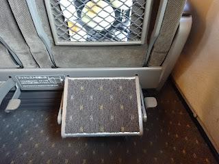 新幹線のぞみのグリーン席のフットレスト