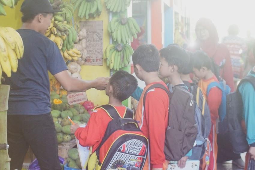 Bermain di Lingkunganku, Siswa Kelas 2 Kunjungi Pasar Oro-Oro Dowo